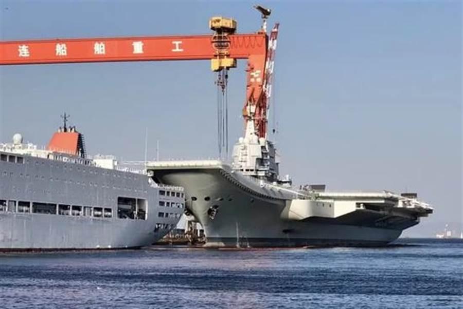 目前正在大連造船廠進行最後階段整備工作的大陸首艘國產航母。(圖/新浪軍事)
