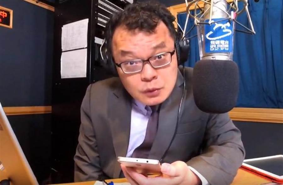 陳揮文看到韓國瑜直播大刺刺掏菸,痛罵「幕僚是誰,可以FIRE了」 (圖/取自飛碟聯播YouTube)