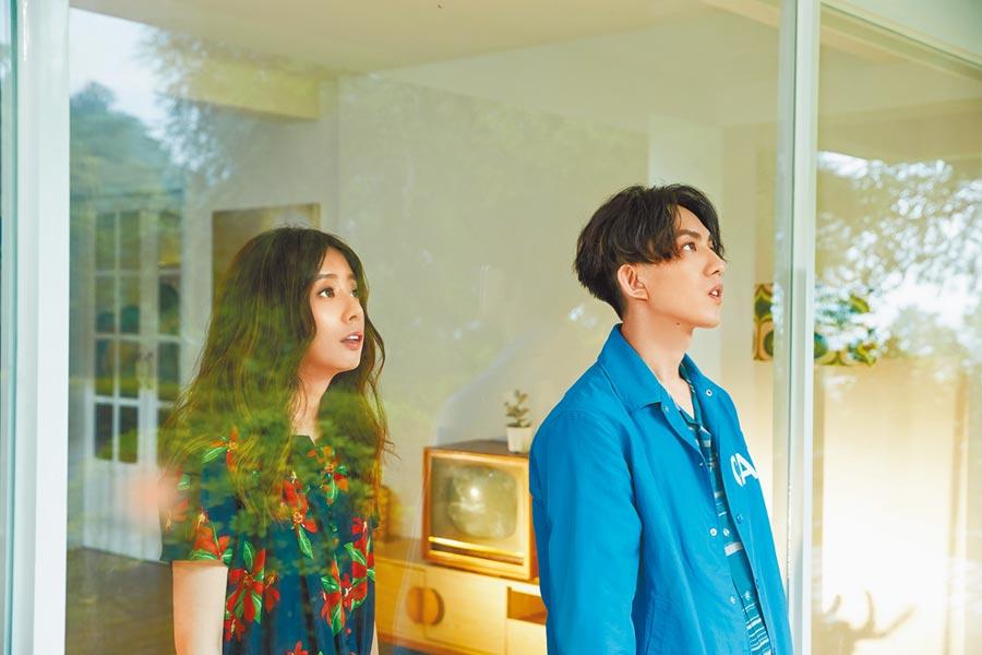 林宥嘉(右)日前拍攝新歌MV,邀來老婆丁文琪助陣。(華研國際提供)