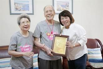 百歲人瑞站著吃飯1小時 勇媽市長黃敏惠讚「勇腳阿公」