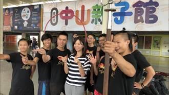 紙風車28日神岡國小登場 洪慈庸為團員加油打氣