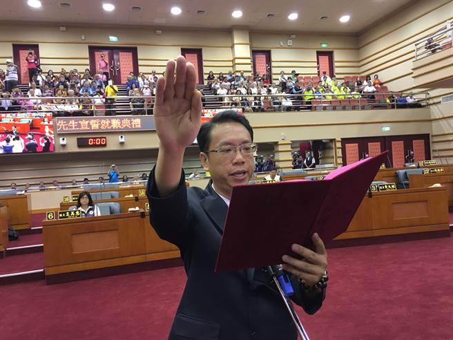李奕德遞補嘉義市議員宣誓。(廖素慧攝)