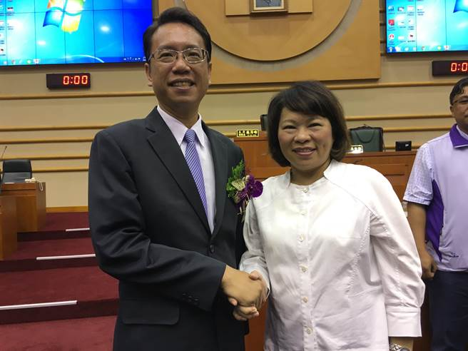 李奕德宣誓就職嘉義市議員,市長黃敏惠祝賀。(廖素慧攝)