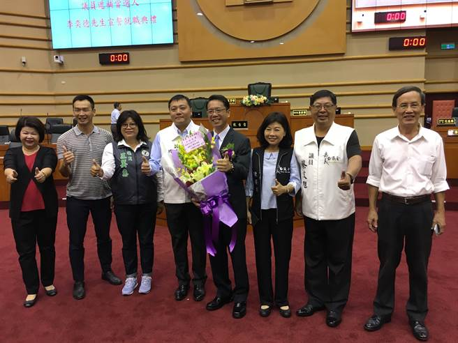 李奕德宣誓就職嘉義市議員,多位議員觀禮祝賀。(廖素慧攝)
