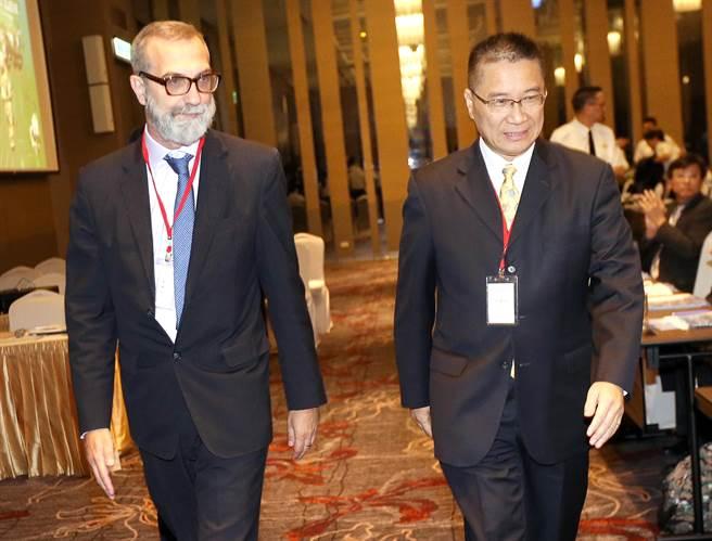 內政部長徐國勇(右)及義大利經貿辦事處代表紀大為(Davide Giglio,左)26日共同宣布,台義籍旅客可相互使用兩國的自動通關系統入出境。(范揚光攝)