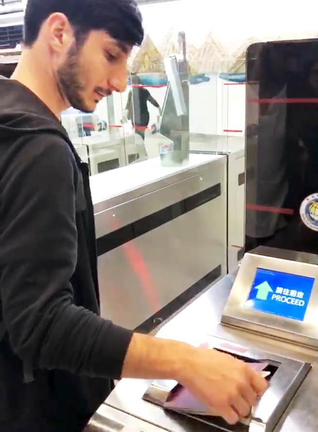 1名義大利籍旅客26日持護照走自動通關,從桃園機場入境台灣。(移民署提供)