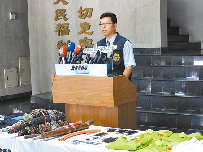 刑事局偵破「中華日行一善學會」暴力宗教犯罪集團,起出大批棍棒工具。(陳世宗攝)