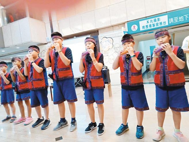 小林國小學童特別將優美的「陶音」獻給護理之家阿公及阿嬤。(校方提供/林雅惠高雄傳真)
