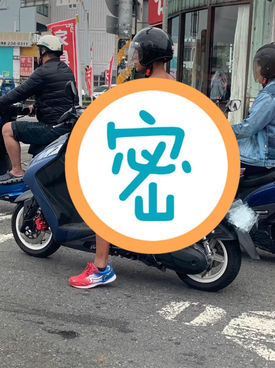只穿一條紅內褲騎車逛大街 網一看正面驚呆:求認識