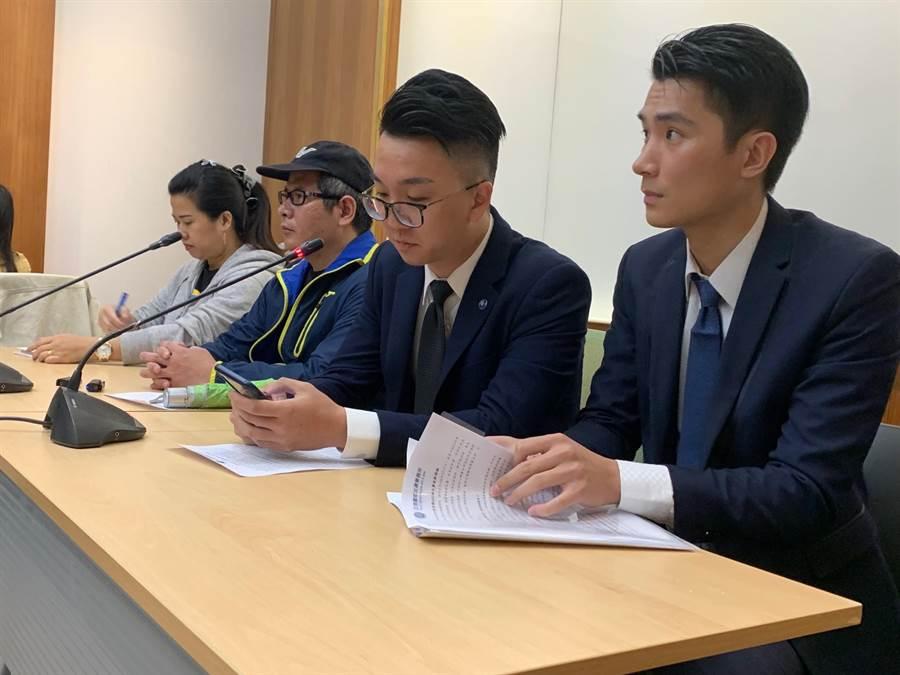 事故列車司機員尤振仲今日在事故後,首度親自出面召開記者會。(李宜秦攝)