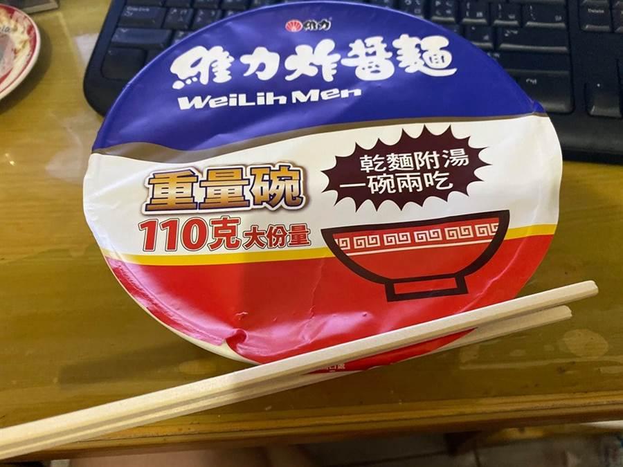 用尾端相連的免洗筷夾住開口,既方便又迅速(圖翻攝自/爆廢公社)