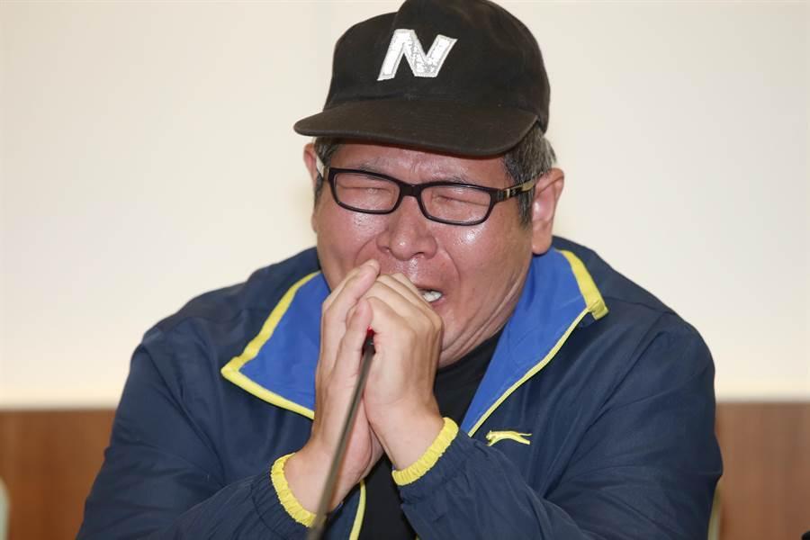 普悠瑪事故司機尤振仲26日在記者會中一度痛哭。(姚志平攝)