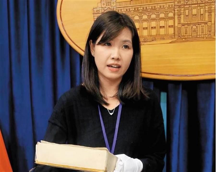 小英論文開箱美女 竟遭黃國昌踢爆涉私菸案 - 政治
