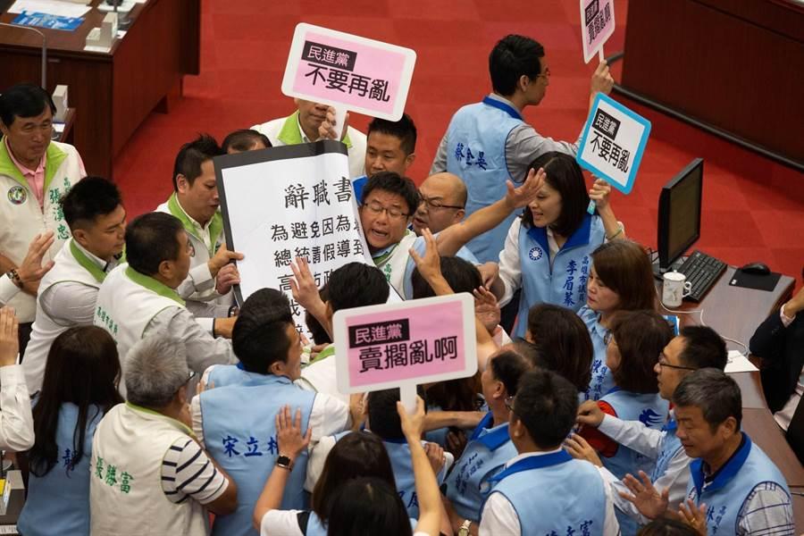 綠拿辭職書、藍軍護駕,高巿議會藍綠大打手 - 政治