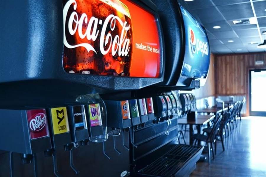 網友在PTT上以「為什麼百元火鍋的可樂這麼好喝?」為題,想問明明都是可樂,在火鍋店會比外面賣的還好喝?(示意圖/達志)