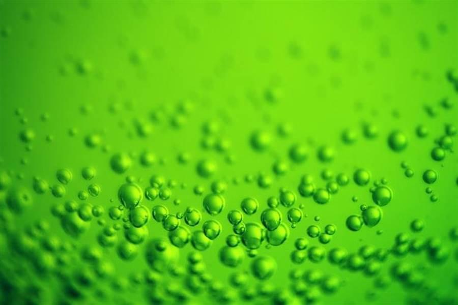 關鍵就在「現打」的氣泡,超商賣的是在工廠打好氣的汽水,在飲料機則是不斷提供二氧化碳。(示意圖/Unsplash)