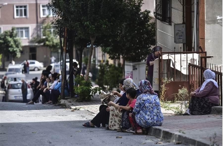 土耳其第一大城伊斯坦堡發生規模5.7地震,引發巿民驚慌,奔出建物在戶外等候。(美聯社)