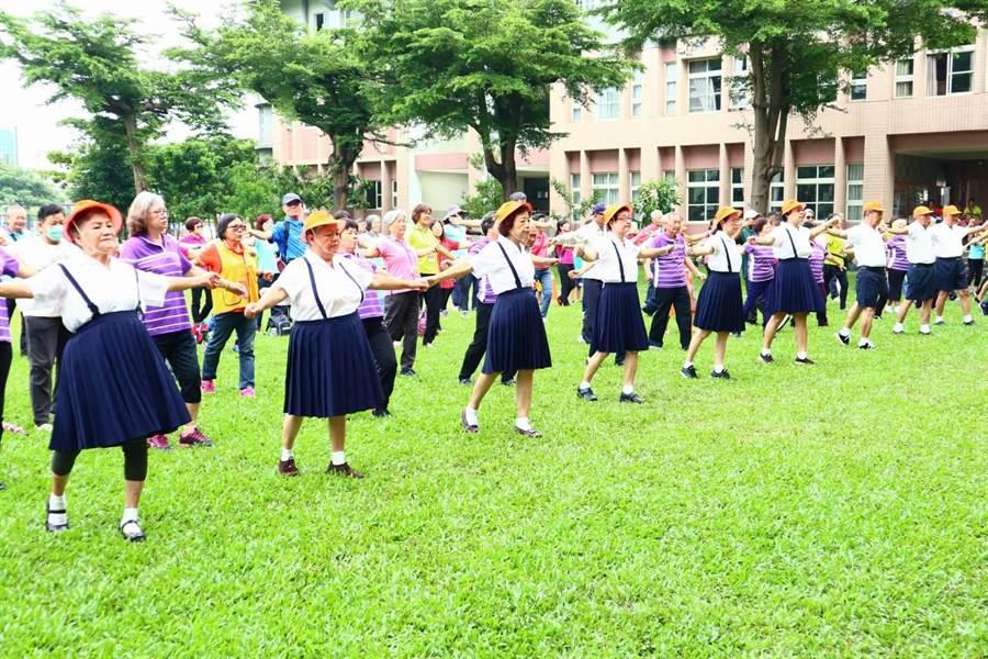 重陽節將至,在地服務獨老20年的弘道潮州志工站,特地帶領阿公阿嬤重回學童時代跳大會操展活力。(謝佳潾攝)