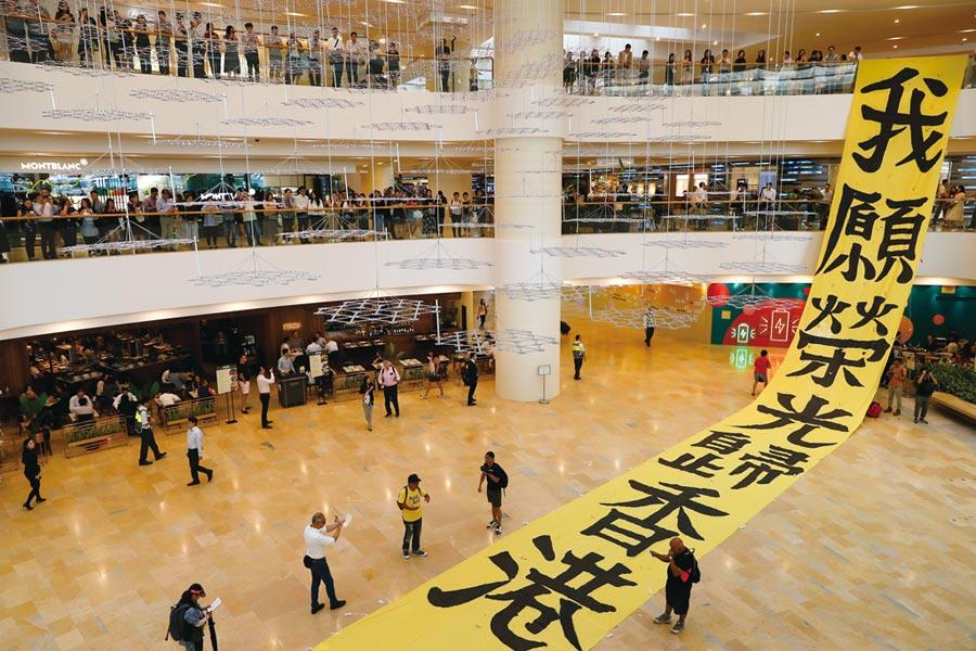 亞銀報告指出,香港因反送中影響,明年成長率由2.5%下修至1.5%。圖/路透