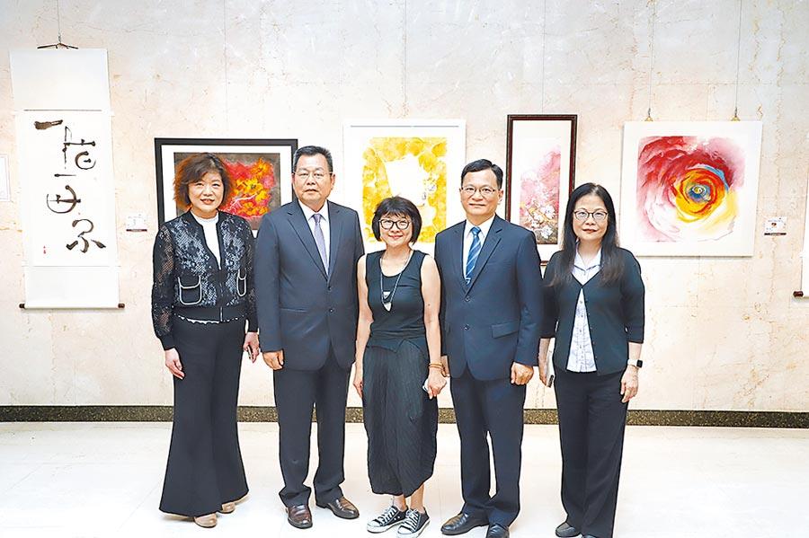 台灣土地銀行副總經理何英明(右二)、董事會主秘楊享洪(左二)與溫錦玲(中)於開展前合影。圖/土銀提供
