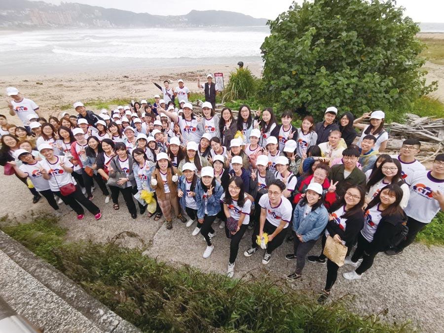 正大聯合會計師事務所所長羅裕傑帶領同仁到新北萬里淨灘,為地球盡一份心力。圖/正大提供