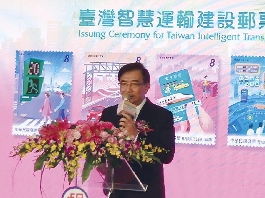 中華郵政董事長吳宏謀介紹臺灣智慧運輸建設郵票。圖/張珊珊