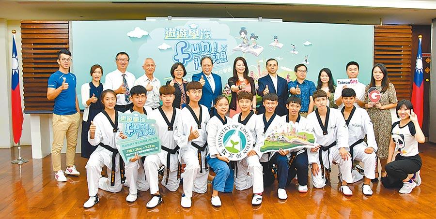教育部青年署主秘蕭智文(後排左五)、教育部主任秘書朱楠賢(後排左六)、教育部國際司副司長張金淑(後排左七)與獲世大運跆拳道金牌的彰師大學生團隊合影。圖╱中衛提供