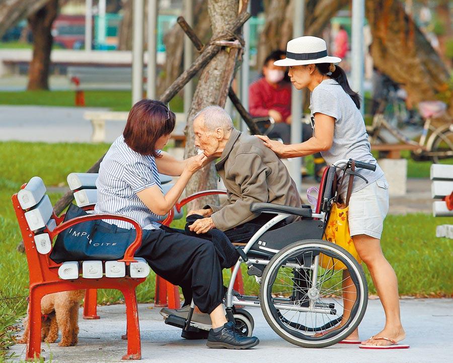高齡化社會,亟需完善的長照制度,財政部昨日書面報告建議衛福部研擬長照保險制,才有利制度發展。(本報資料照片)