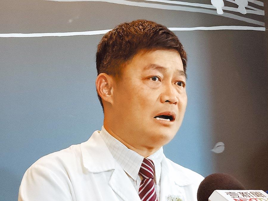 53歲醫師黃煌洲25日開記者會時哽咽坦言,「不敢說完全沒有疏失,自己也還在學習。」(戴上容攝)