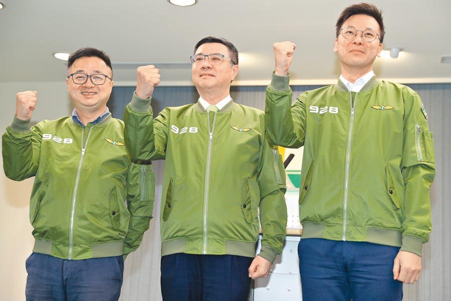 民進黨主席卓榮泰(中)25日率同祕書長羅文嘉(左)與副祕書長林飛帆(右)一起穿著928草綠色戰鬥服亮相。(劉宗龍攝)