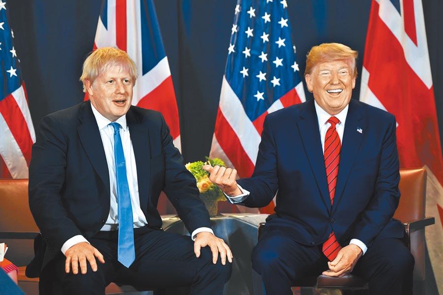 美國總統川普(右)24日在紐約聯合國總部會晤英國首相強森(左),當時2人都笑得很燦爛。強森則已趕回倫敦,準備面對議會復會後的連番攻勢,麻煩纏身的2人堪稱「難兄難弟」。(法新社)