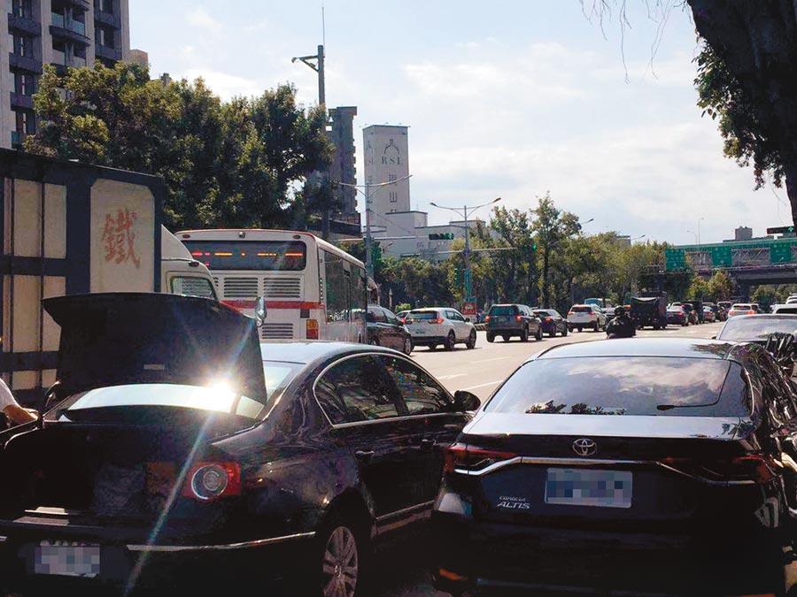 重慶北路4段往高速公路為6線車道,但北上交流道卻只有1線車道,每到尖峰時段就大塞車。(游念育攝)