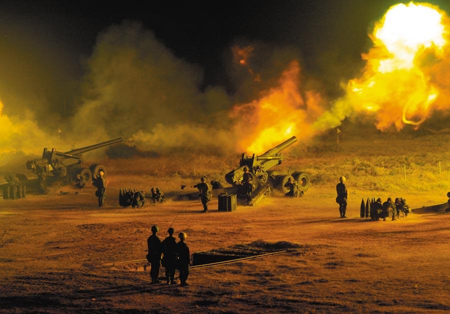 金防部在后湖炮陣地實施年度「聯合反登陸作戰」操演,火炮雷霆萬鈞十分懾人。(李金生攝)