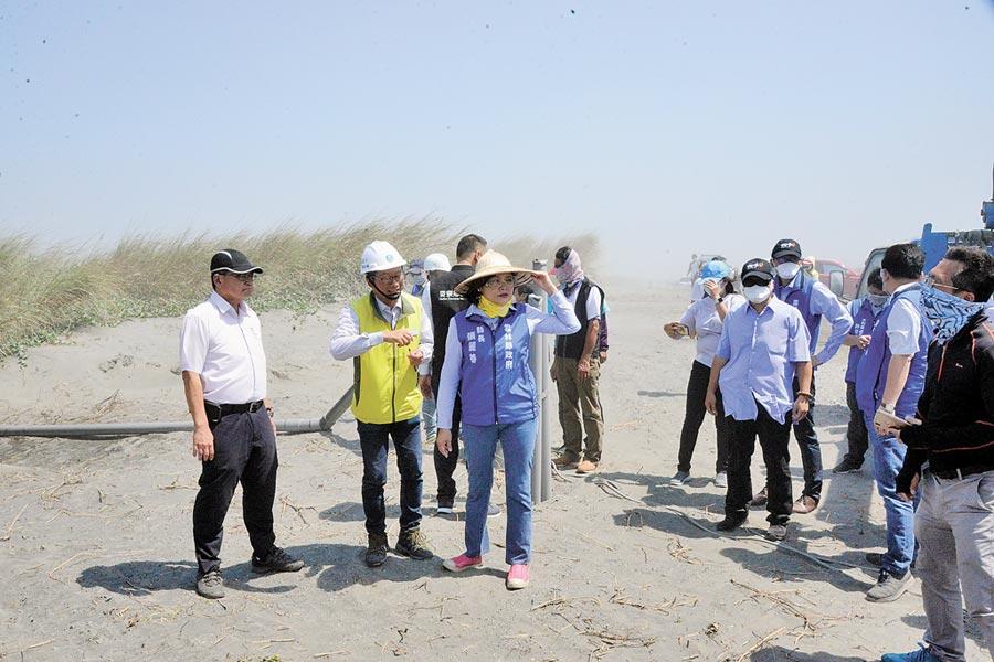 雲林縣長張麗善(左前三)會勘濁水溪出海口揚塵治理現況,以解決民眾「吃飯配沙」問題。(張朝欣攝)