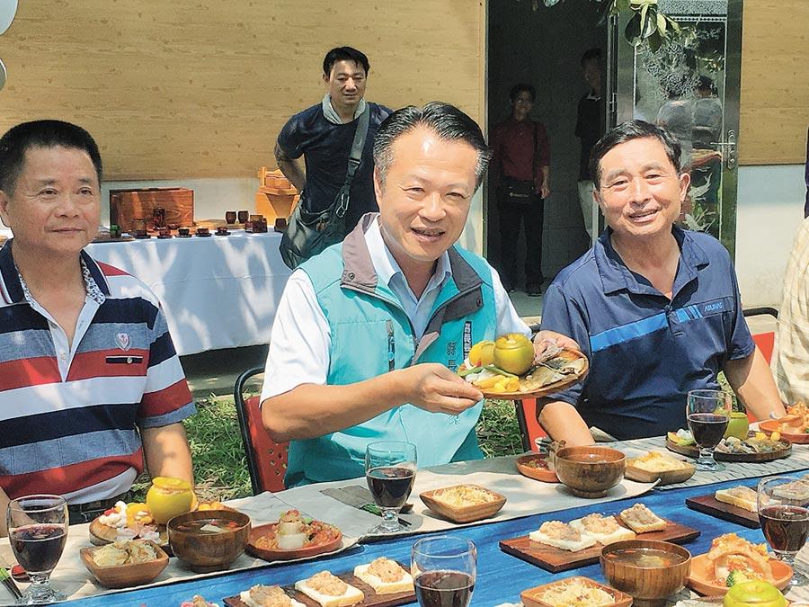 嘉義縣長翁章梁(中)表示,番路是柿子的故鄉,今年雖產量銳減,品質卻是最好的,歡迎民眾來番路品嘗柿子風味餐。(張亦惠攝)