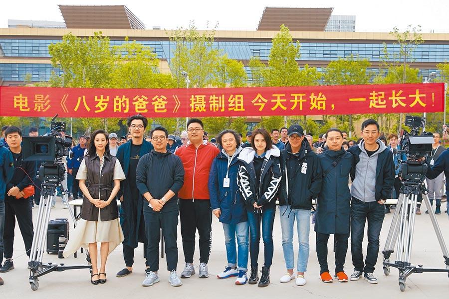 張鈞甯(左)和邱澤(右)今年5月在青島拍戲,當時還看似「不熟」。(摘自《八歲的爸爸》微博)