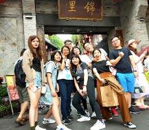 70年來兩岸人員往來達1.35億人次,圖為7月9日,多位台灣青年參訪四川省,在成都錦裡留影。(中新社)