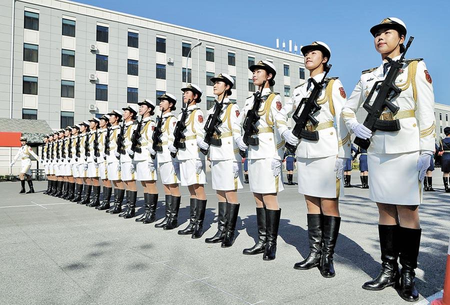 北京閱兵村正在做最後演練的女兵方隊。(記者王銘義攝)