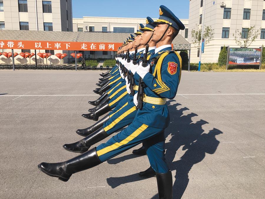 大陸十一國慶閱兵倒數,官兵們在閱兵村做最後演練。(中天電視提供)