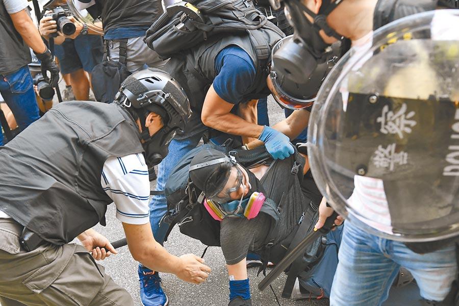 2019年9月21日,香港屯門遊行後發生衝突,警方拘捕一名示威者。(中新社)