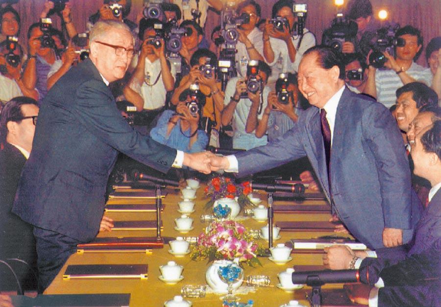 1993年,時任海基會董事長辜振甫(左)與大陸海協會會長汪道涵,在新加坡舉行「辜汪會談」。(本報系資料照片)