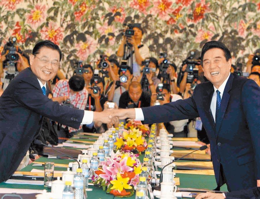 2008年,時任海基會董事長江丙坤率代表團至北京,與時任海協會會長陳雲林(右)進行會談。(中新社)