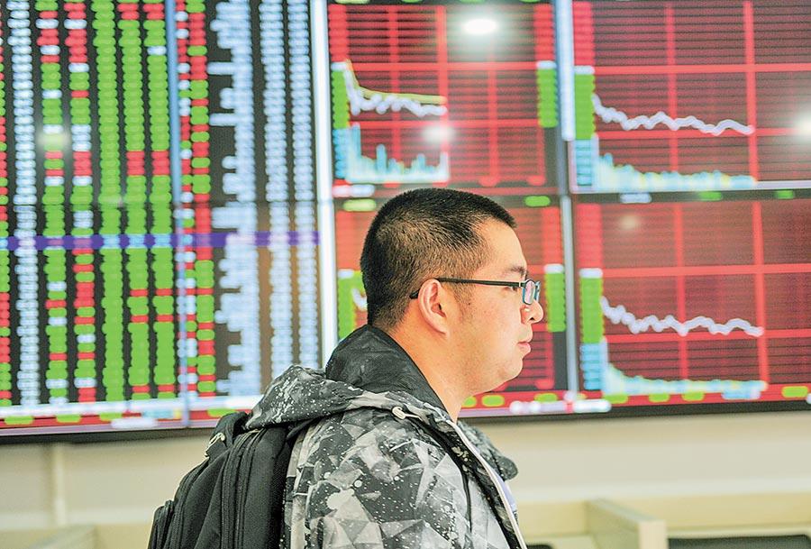 陸股下半年已有8股無實控人。圖為9月24日,瀋陽市民從股票數據顯示螢幕前經過。(中新社)