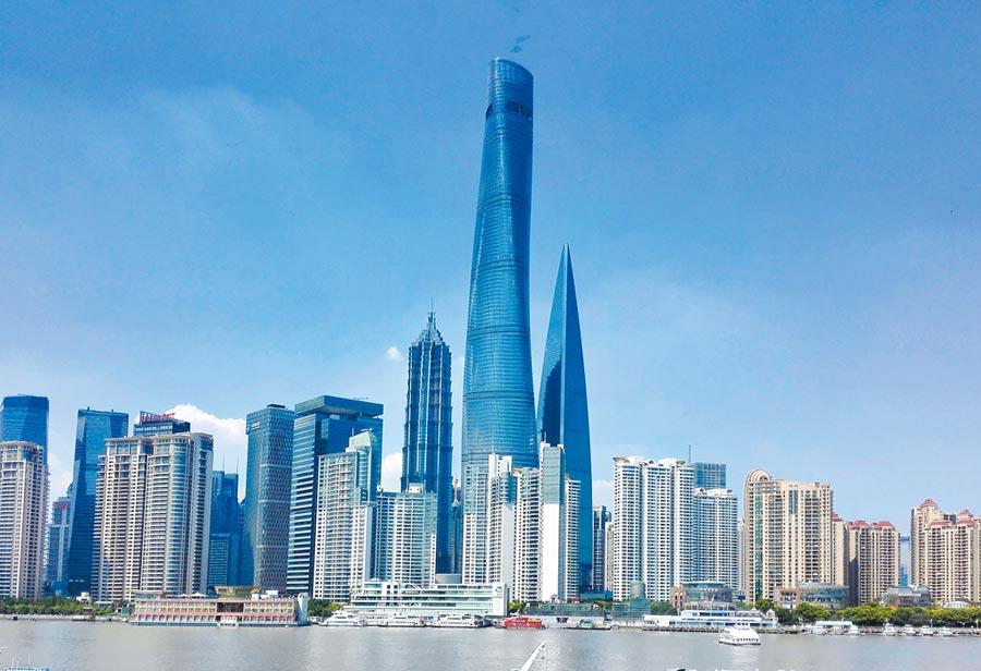 上海房市逆勢成長,9月最近一周成交量還增加4成。圖為上海浦東區大樓。(中新社資料照片)