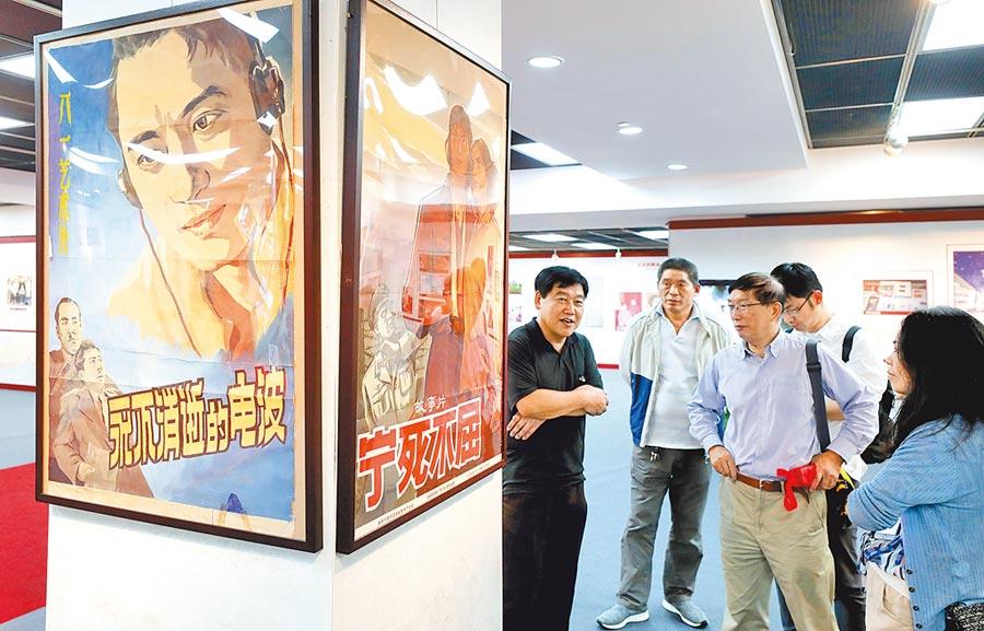9月23日,上海民眾觀看老電影海報。(新華社)