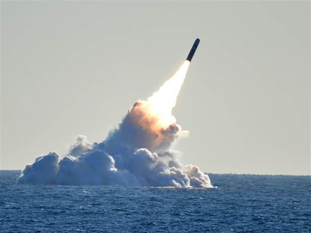 美國海軍「內布拉斯加」號(USS Nebraska)核潛艦試射三叉戟II D5(Trident II D5)型彈道飛彈的資料照。(美國海軍)