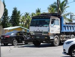 議員會勘五叉路口 目擊砂石車與轎車猛烈碰撞