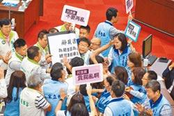 綠車輪戰打韓!民進黨逼辭、潑咖啡 高市議會爆肢體衝突