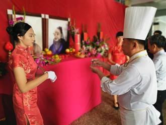 竹南君毅中學舉辦拜師禮,特請大廚師郭主義前來傳授廚師帽