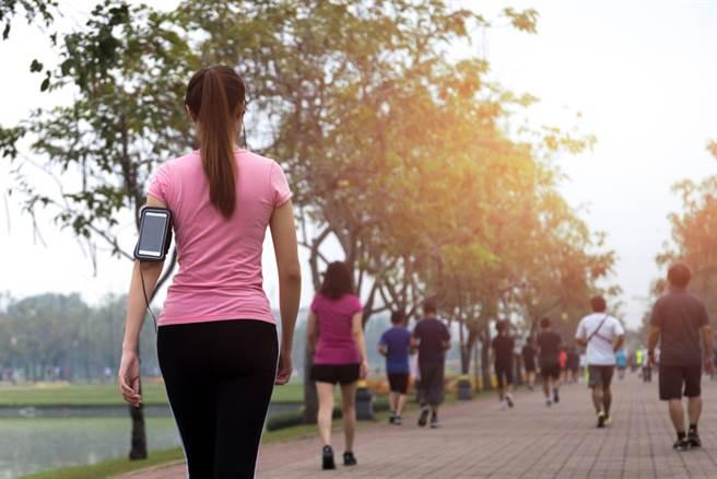 專家提醒全健走族,在馬路上鍛煉幾乎無益於身體健康。(達志影像/shutterstock)